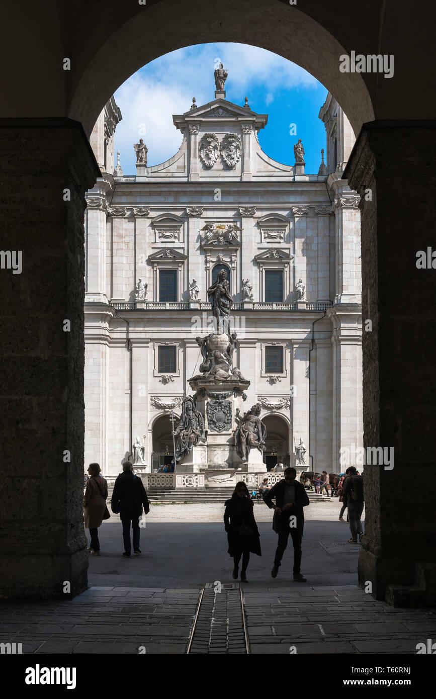 Domplatz Salzburg, Blick über den Domplatz zum barocken Marien Statue (Mariensaule) und der Kathedrale (Dom) Fassade, Salzburg, Österreich. Stockbild