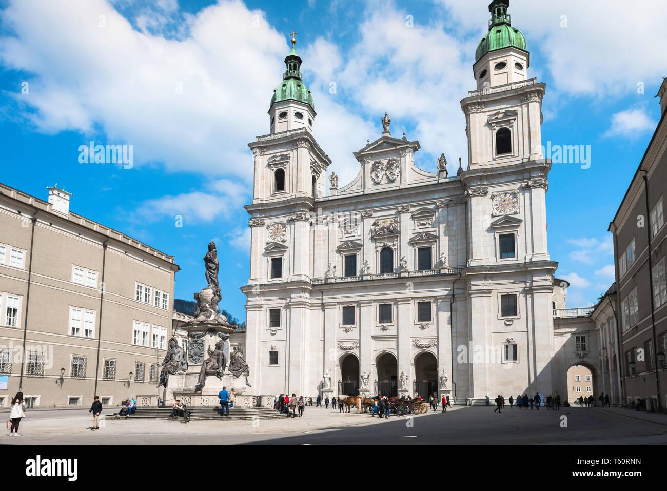 Salzburger Dom, Blick über den Domplatz (Cathedral Square) in Richtung der barocken Fassade der Dom (Kathedrale) in der Altstadt von Salzburg, Österreich. Stockbild