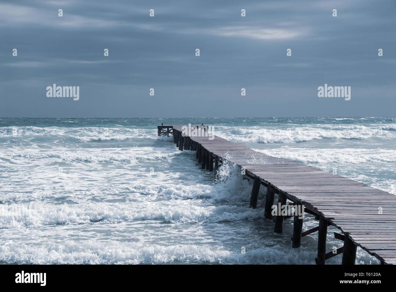 Ein Steg in einer Bucht am Strand von Mallorca Stockfoto