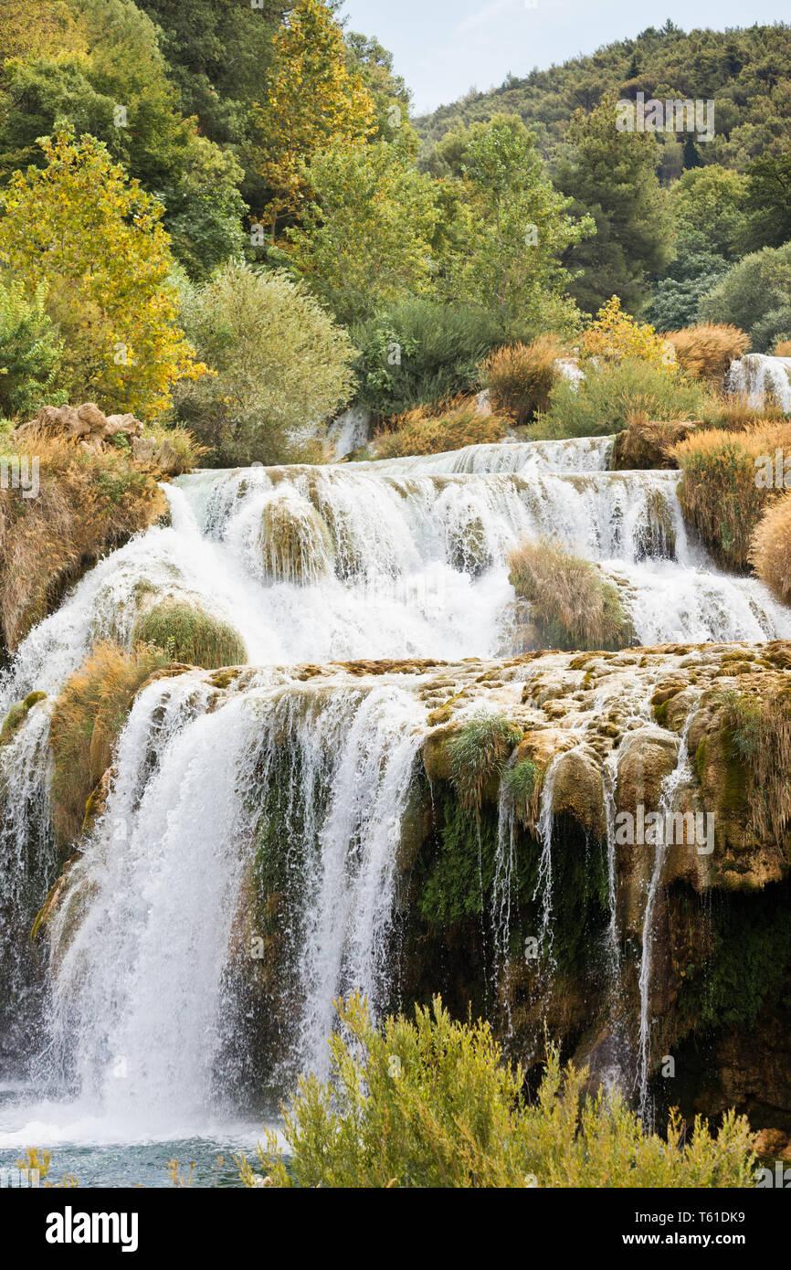 Krka, Sibenik, Kroatien, Europa - Krka Wasserfälle, die zu einer River Bed Stockfoto