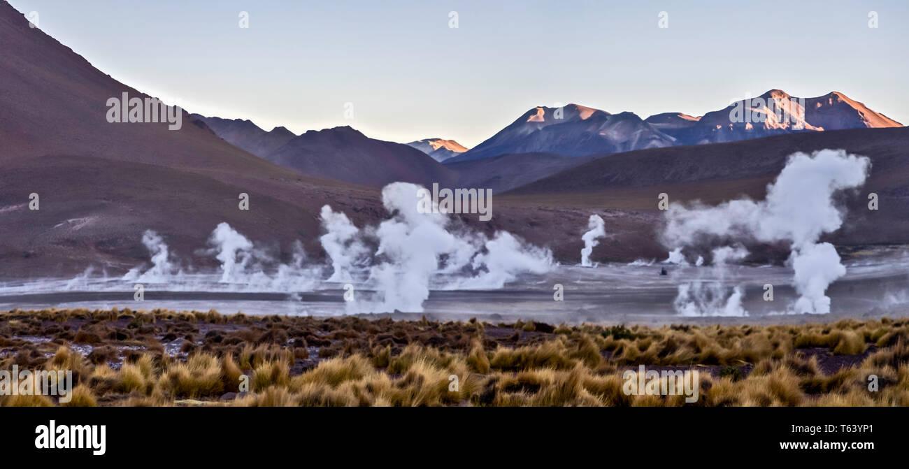 Sie haben am Tag Pause der Dampf aus den heißen Quellen der El Tatio Geysir Feld in der chilenischen Atacama Wüste hoch zu schätzen. Stockbild