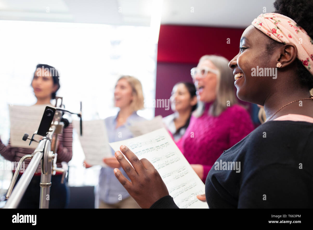 Frauen Chor mit Noten singen in Music Recording Studio Stockfoto