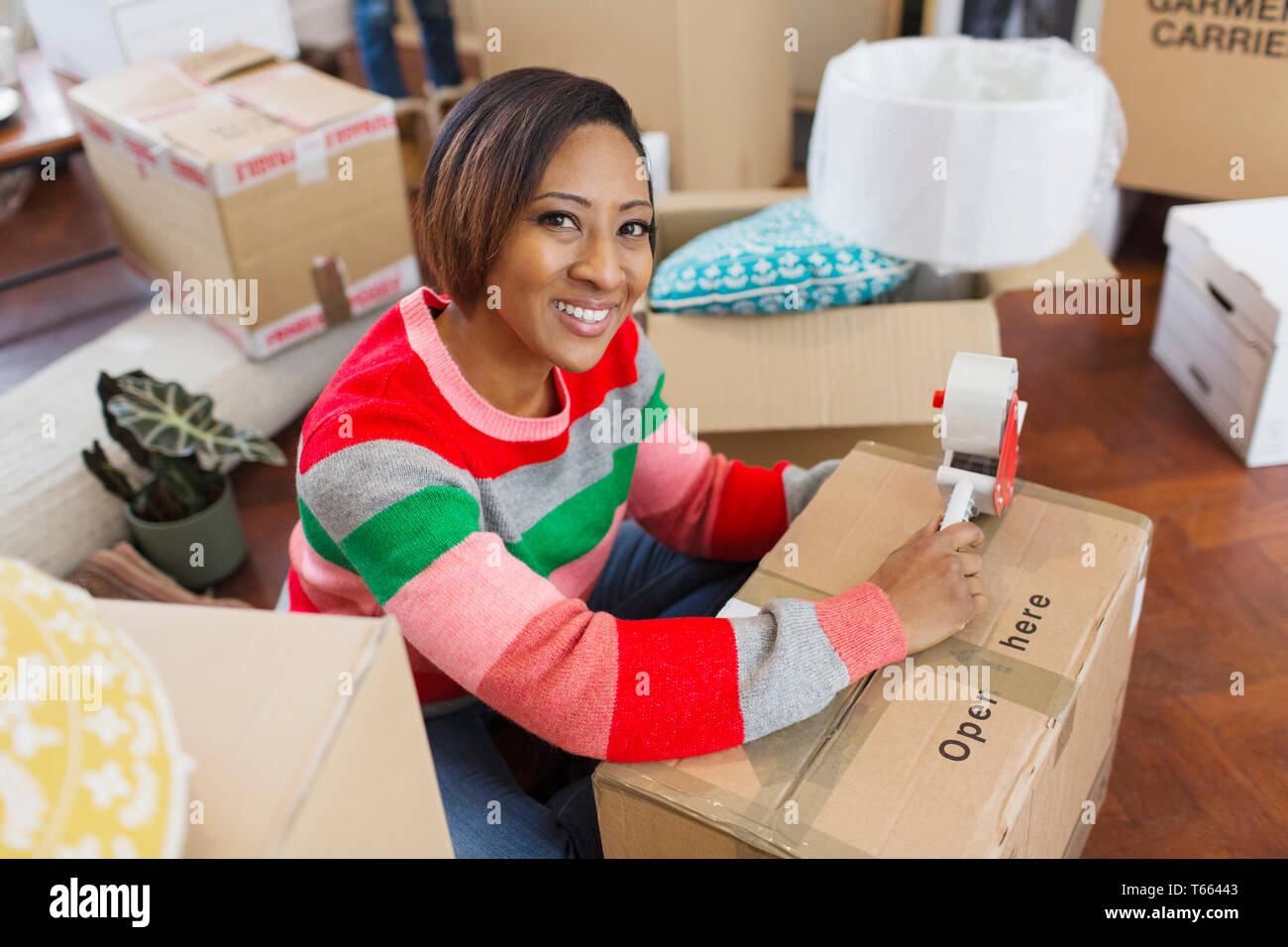 Porträt Lächeln, selbstbewusste Frau Verpackung Kisten Stockfoto