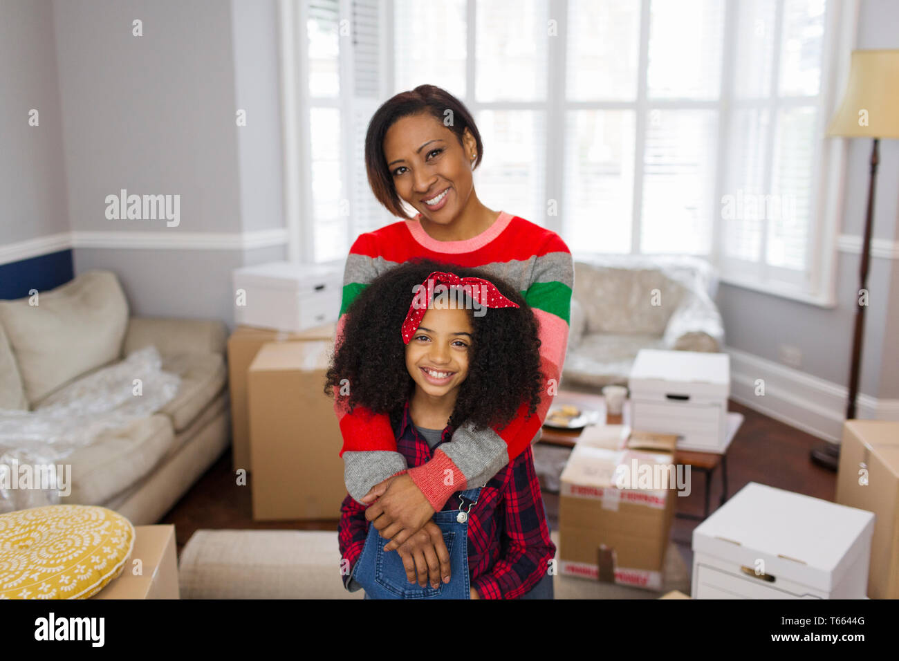 Portrait glückliche Mutter und Tochter Umzug Stockfoto