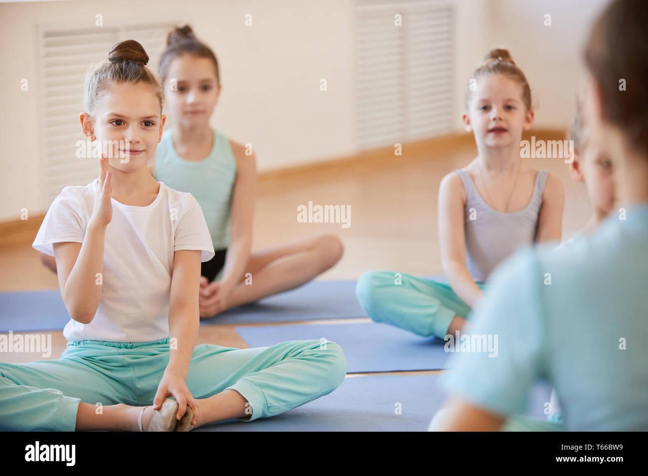 Mädchen Fragen stellen in der Klasse Stockbild