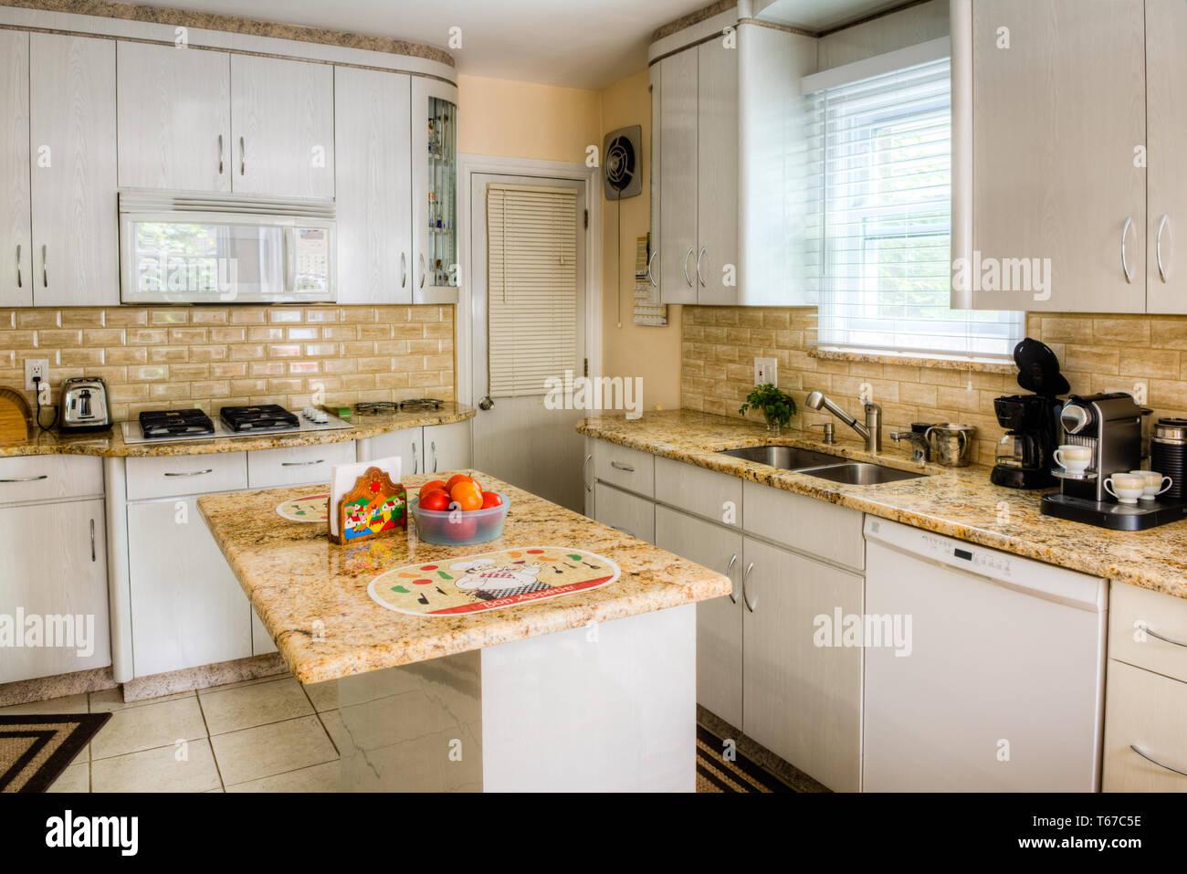 Klein, aber komfortabel weiße Küche mit Gasherd in einem Haus im ...