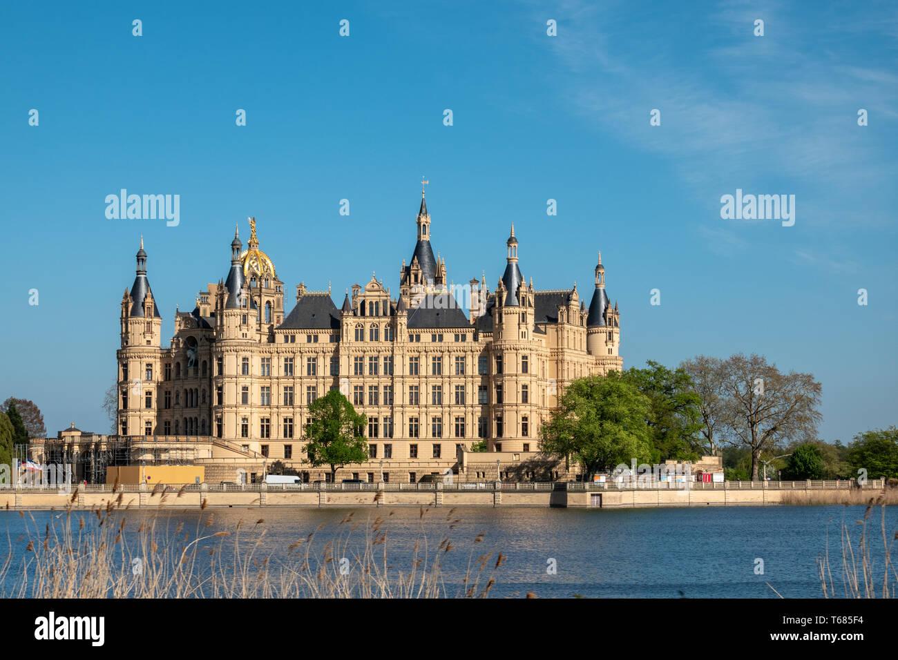 Das Schweriner Schloss im Frühjahr in den schönsten Wetter vor dem blauen Himmel Stockfoto