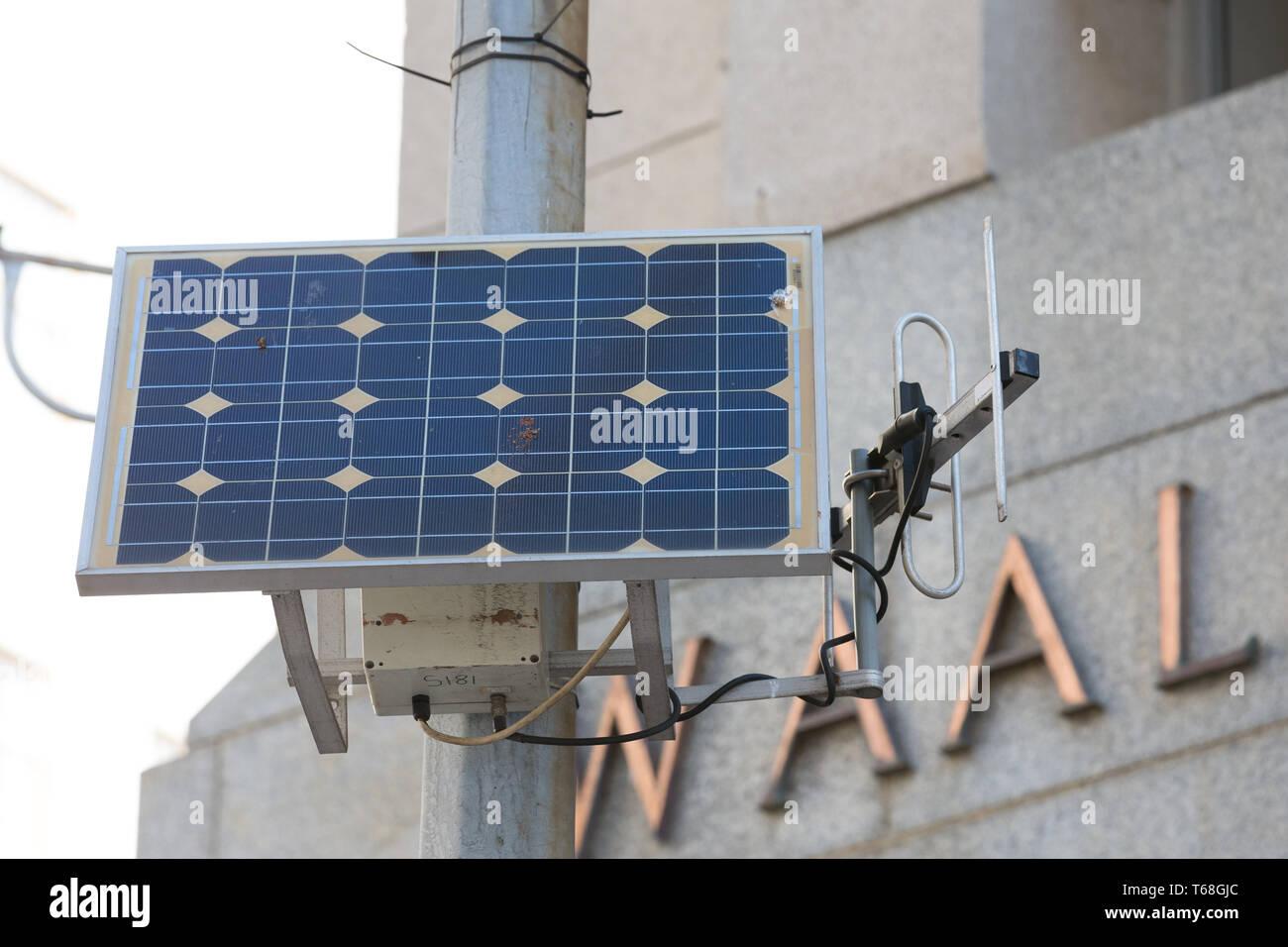 Photovoltaik Panel auf einen Laternenpfahl oder Pol in die Innenstadt von Kapstadt Konzept Technologie in Afrika und nachhaltiger erneuerbarer Energie Stockbild