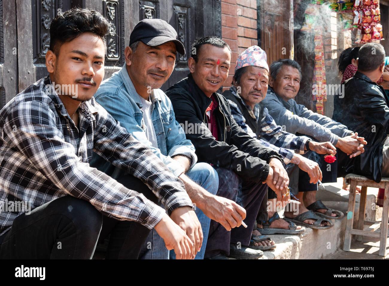Bhaktapur, Tal von Kathmandu/Nepal - 17. April 2019 - Gruppe 5 Männer sitzen zusammen in der Stadt. Stockbild