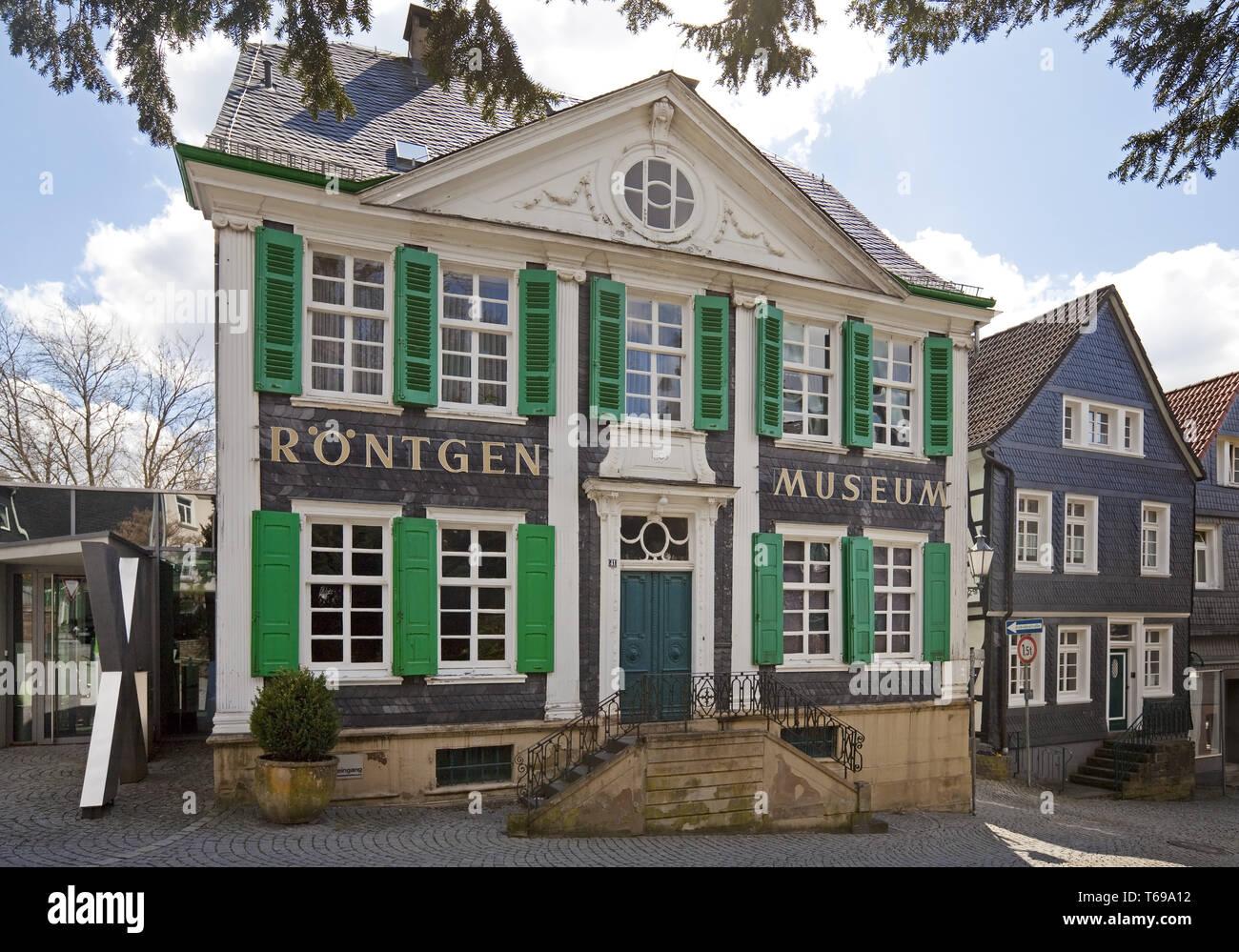 Deutsche Roentgen-Museum mit Kirche St. Bonaventura, Remscheid, Nordrhein-Westfalen, Deutschland Stockfoto