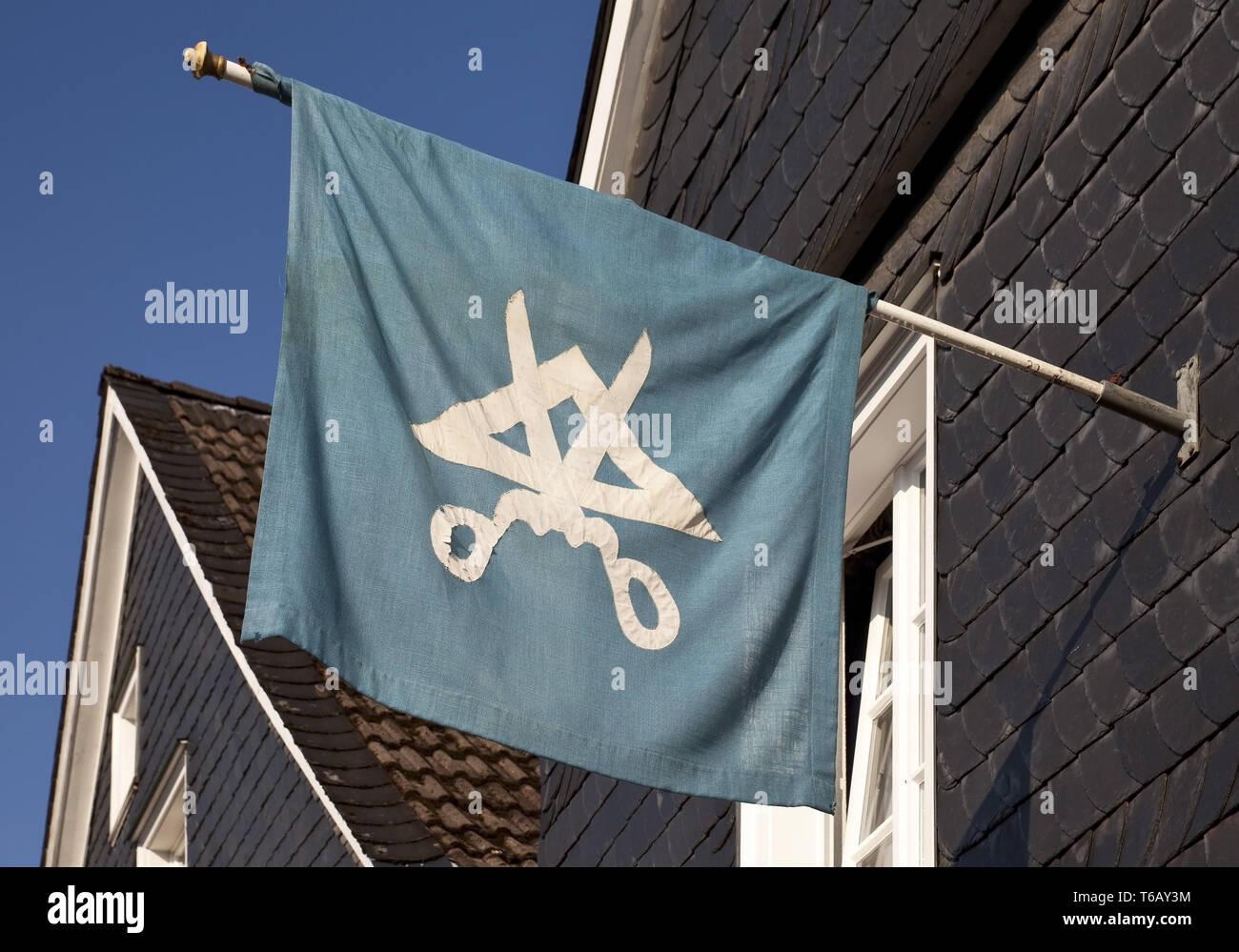 Historische Flagge in der alten Stadt, Hückeswagen, Bergisches Land, Nordrhein-Westfalen, Deutschland Stockbild