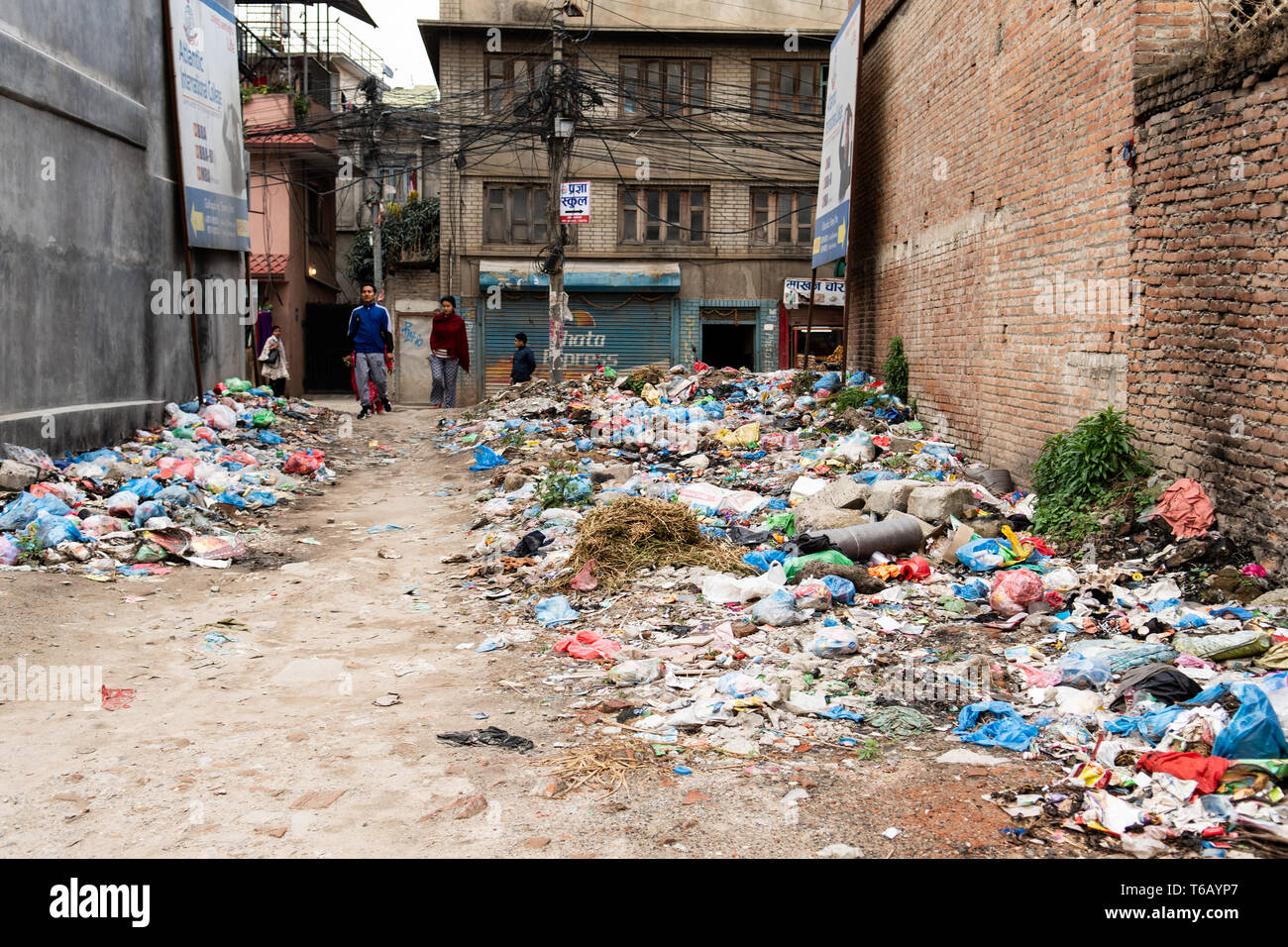 Kathmandu, Nepal - April 20th, 2019 - Garbage Berg in der Straße in der Nähe der Häuser. Stockfoto