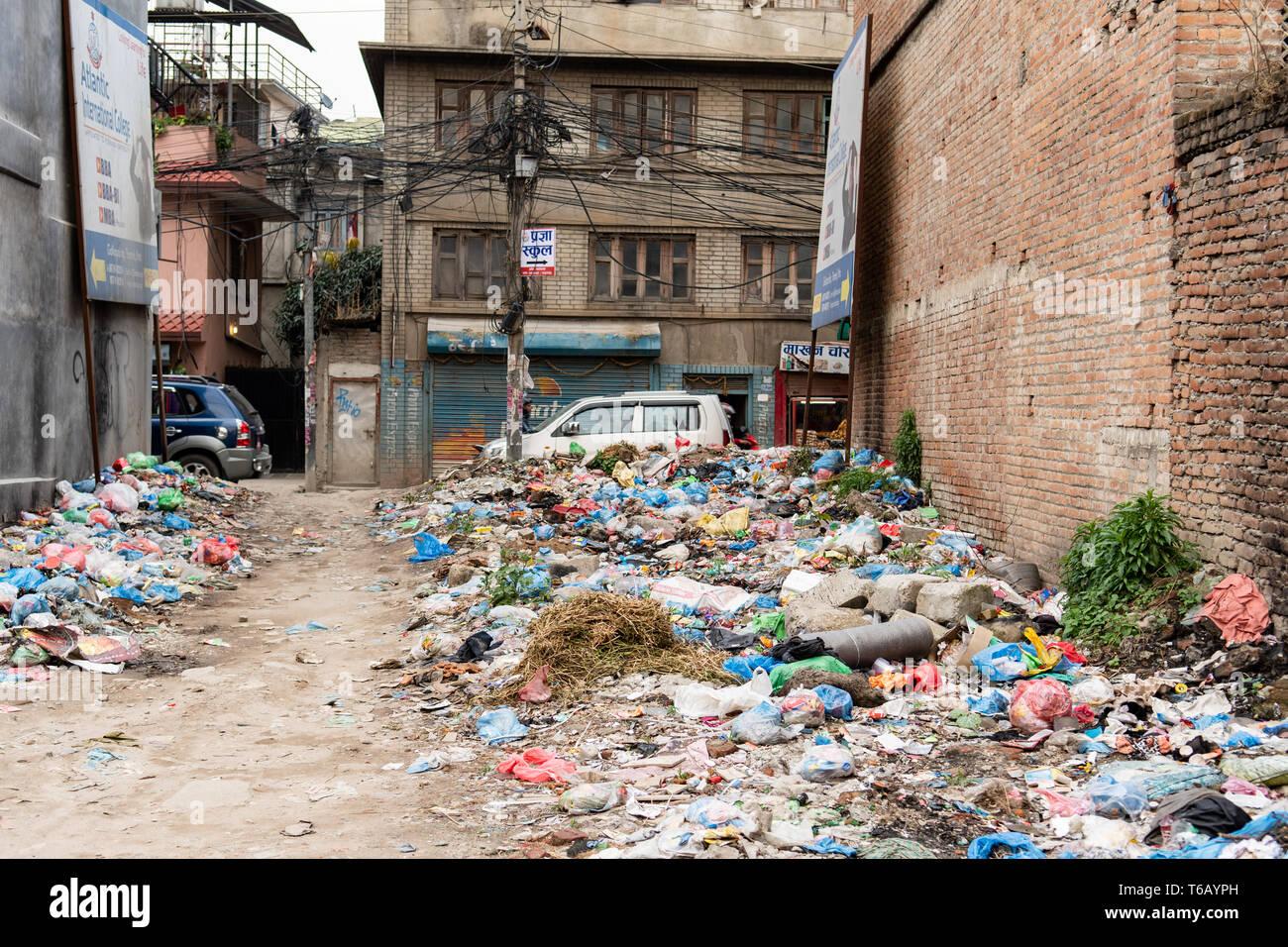 Kathmandu, Nepal - April 20th, 2019 - Garbage Berg in der Straße in der Nähe der Häuser. Stockbild