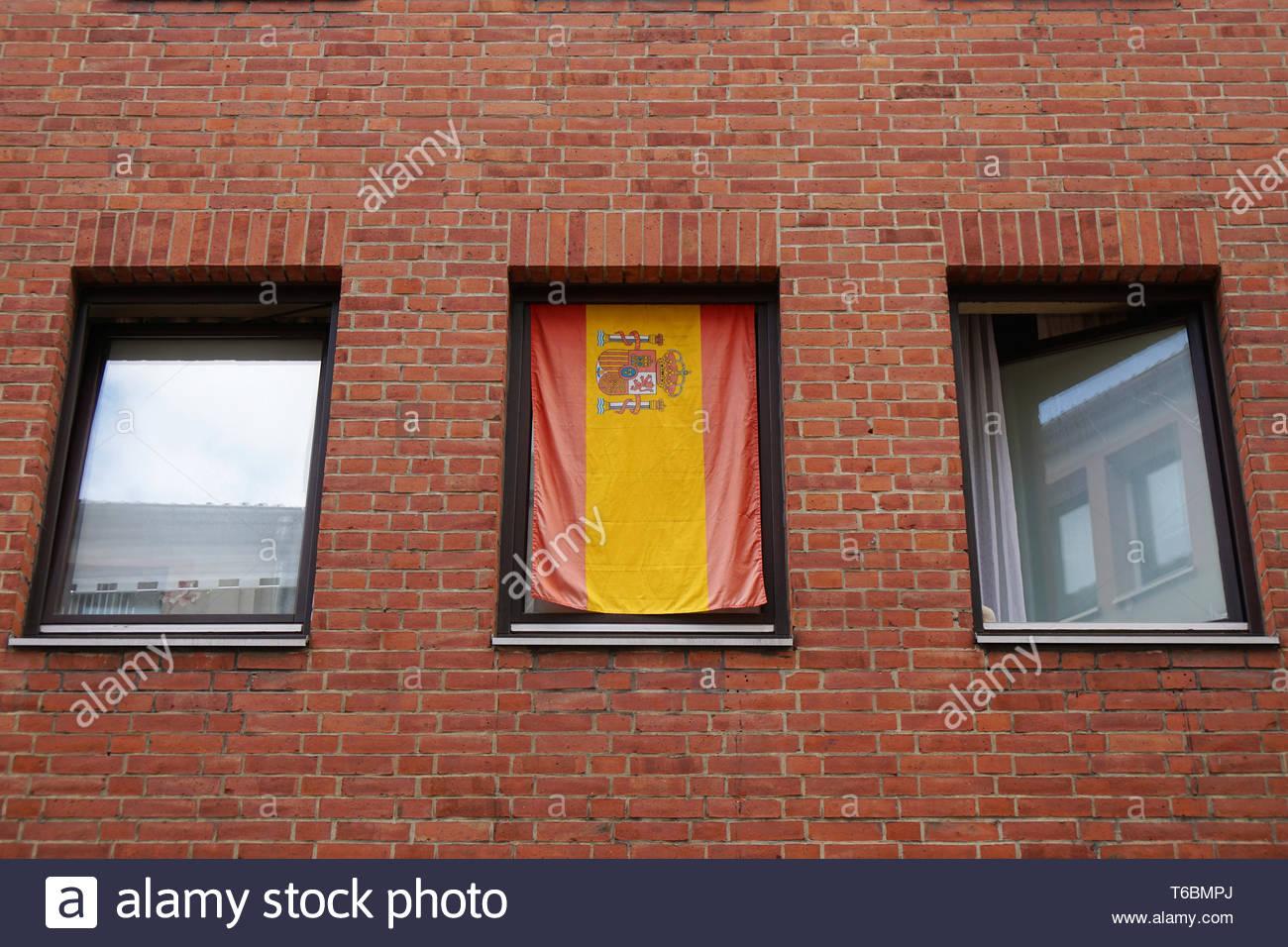 Spanish Flag In Window Stockfotos & Spanish Flag In Window