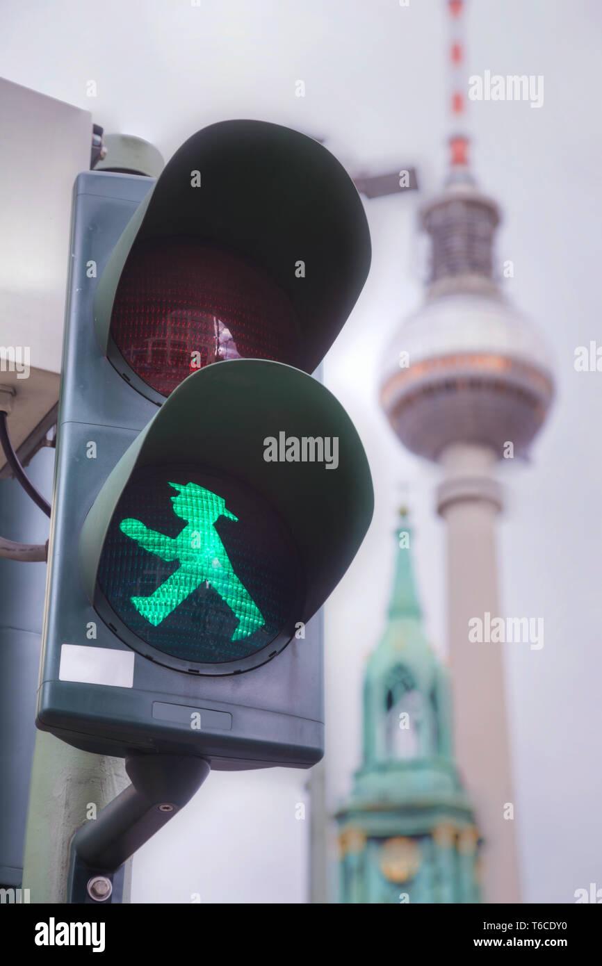 Grün zu Fuß Mann (ampelmann) in Berlin. Stockfoto