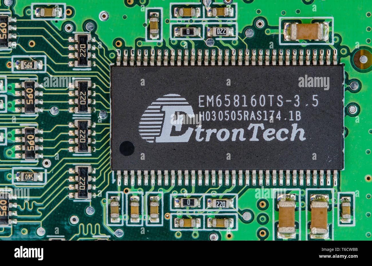 Dual in Line (DIL- oder DIP) Paket Surface Mount Technology (SMT) EtronTech Chip in einer Leiterplatte montiert. Elektronik Platine Makro Nahaufnahme. Stockbild