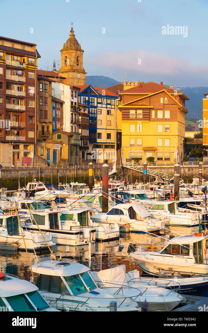 Spanien, Provinz Vizcaya, Baskenland, Bermeo, Boote im Hafen Stockfoto