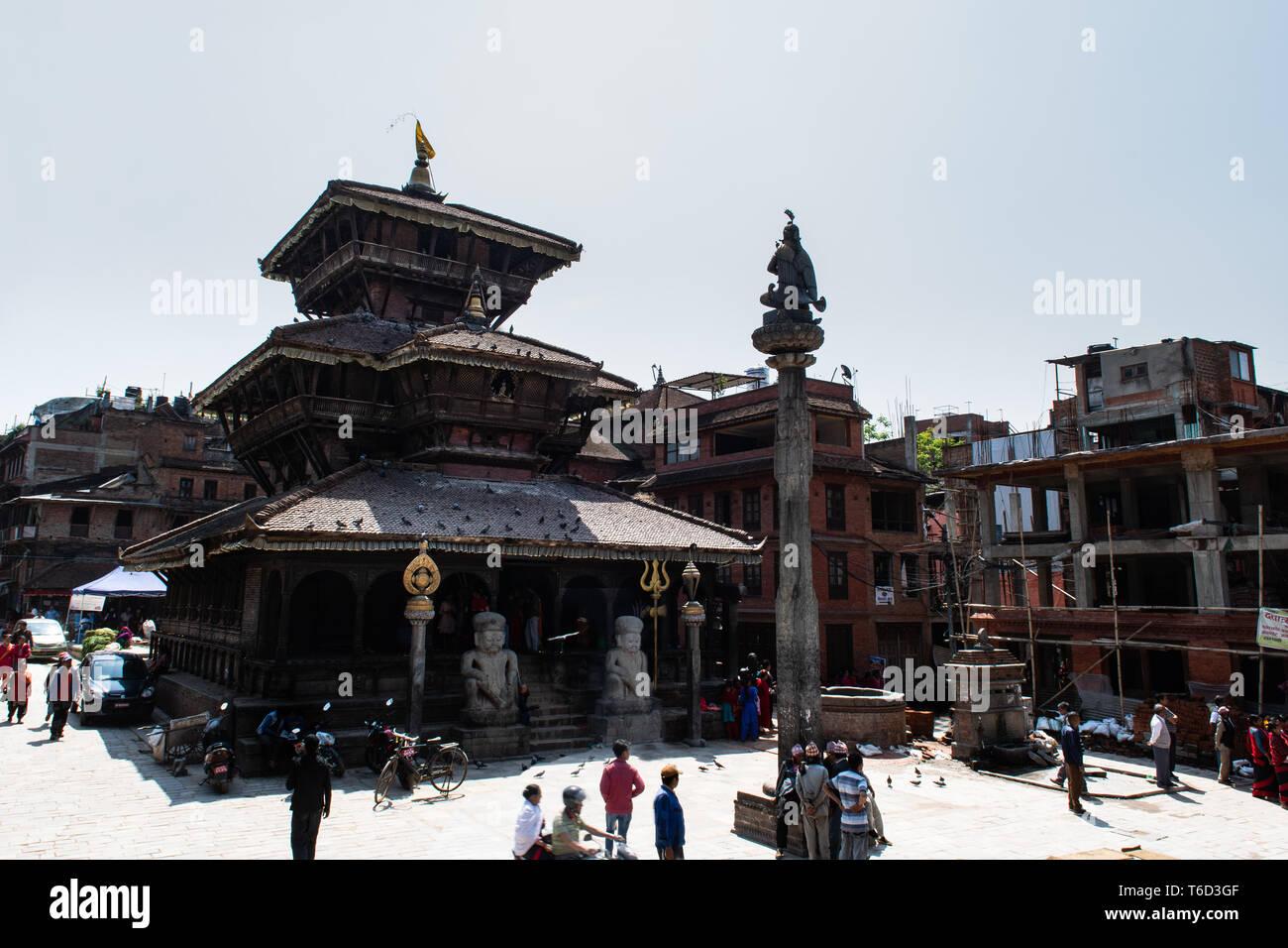 Bhaktapur, Tal von Kathmandu/Nepal - 17. April 2019 - die Einheimischen an Dattatreya Temple und den Platz in der Stadt. Stockbild