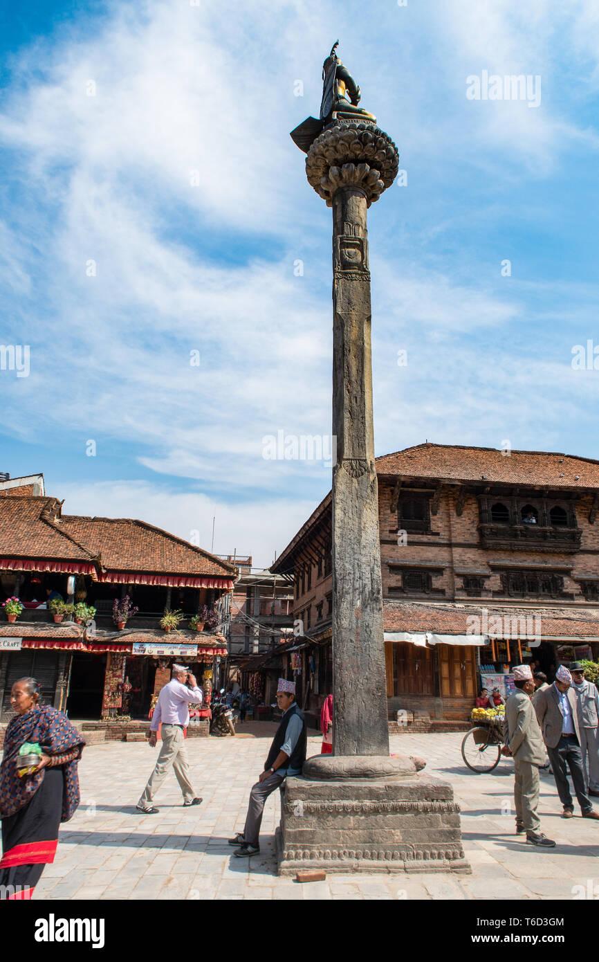 Bhaktapur, Tal von Kathmandu/Nepal - 17. April 2019 - die Einheimischen an Dattatreya Platz in der Stadt. Stockbild