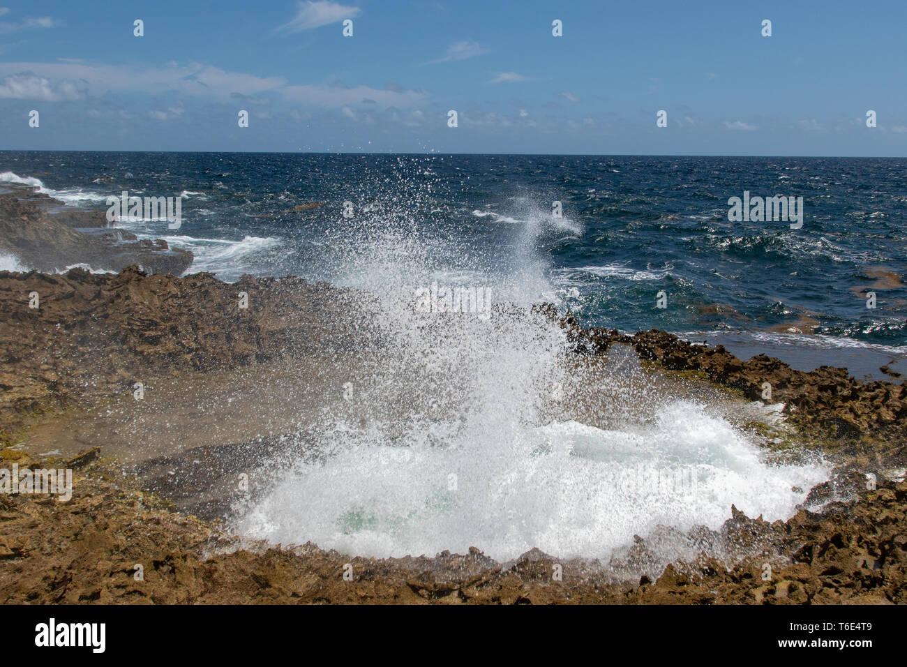 Wasser wird gewaltsam in die Blow Hole zusammengedrückt und Ausbrechenden Stockbild