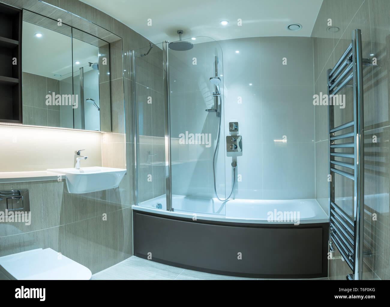 Modernes Badezimmer in der Wohnung mit Dusche Badewanne und ...