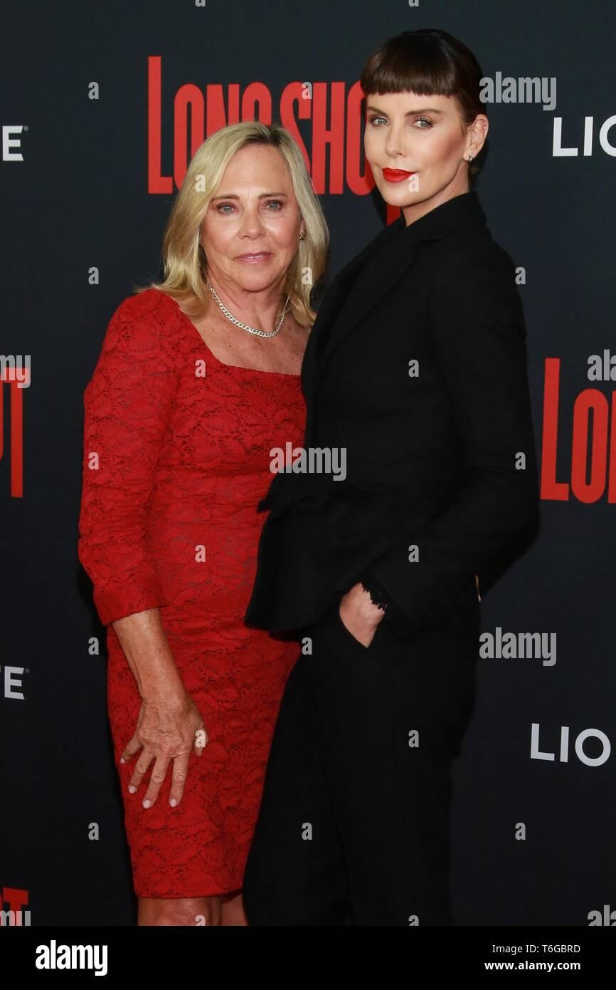 Charlize Theron in der Ankunftshalle für lange Schuß Premiere, AMC Loews Lincoln Square 13, New York, NY 30. April 2019. Foto: Jason Mendez/Everett Collection Stockbild