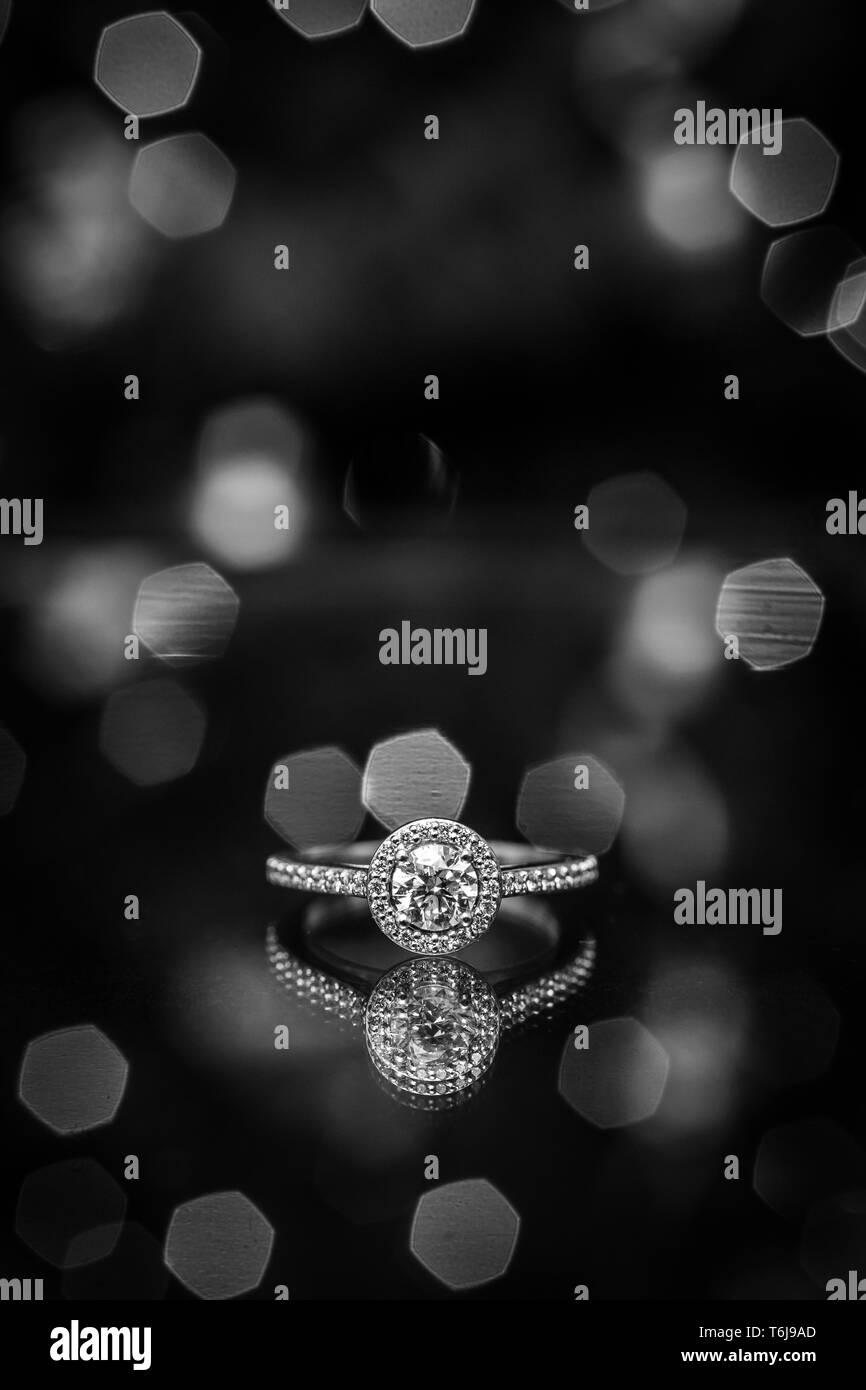 Engagement Ring mit Licht im Hintergrund und einer Reflexion unten. Stockfoto