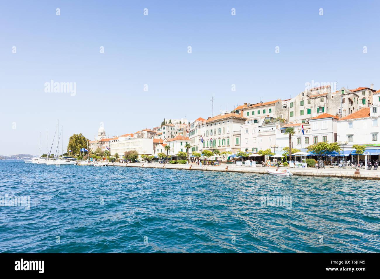 Sibenik, Kroatien, Europa - 31. AUGUST 2017 - die Touristen an der Promenade von Sibenik Stockfoto