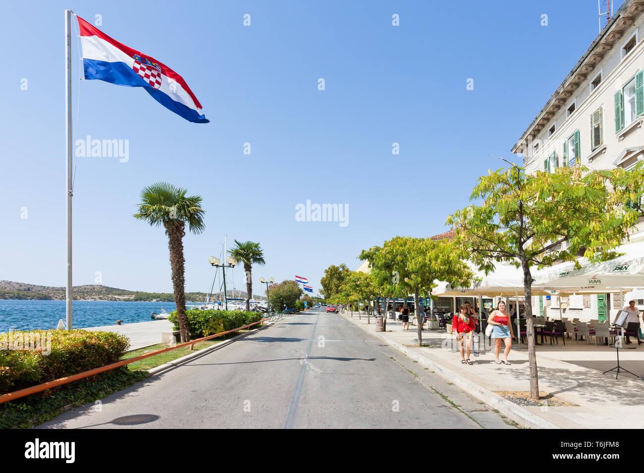 Sibenik, Kroatien, Europa - 31. August 2017 - Mehrere Touristen an der Promenade von Sibenik Stockfoto