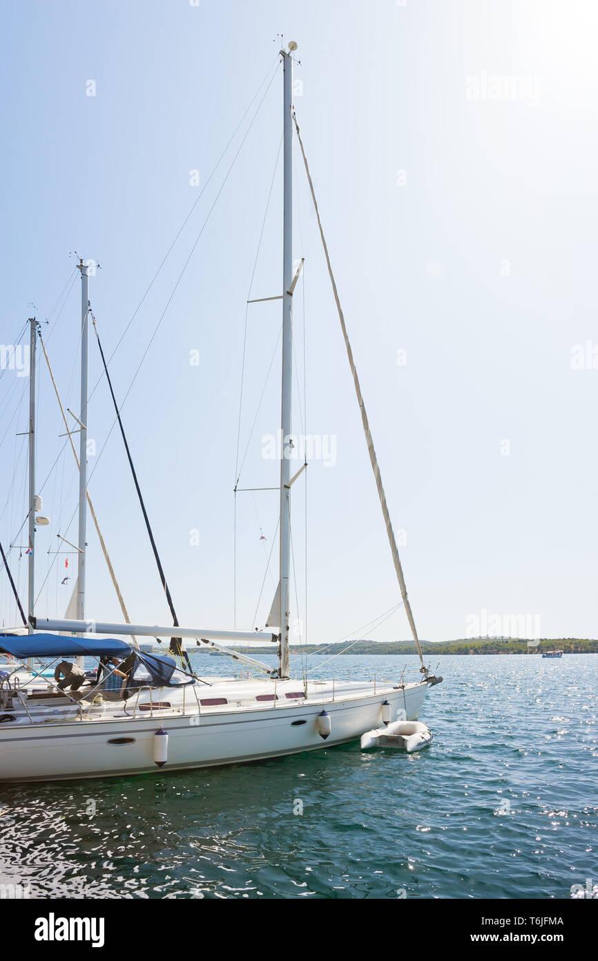 Sibenik, Kroatien, Europa - Segelboote im Hafen von Sibenik Stockfoto