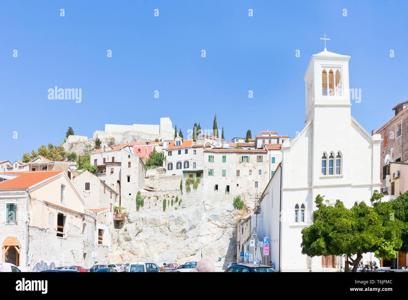 Sibenik, Kroatien, Europa - Kirche von Sibenik vor der alten Stadtmauer Stockfoto