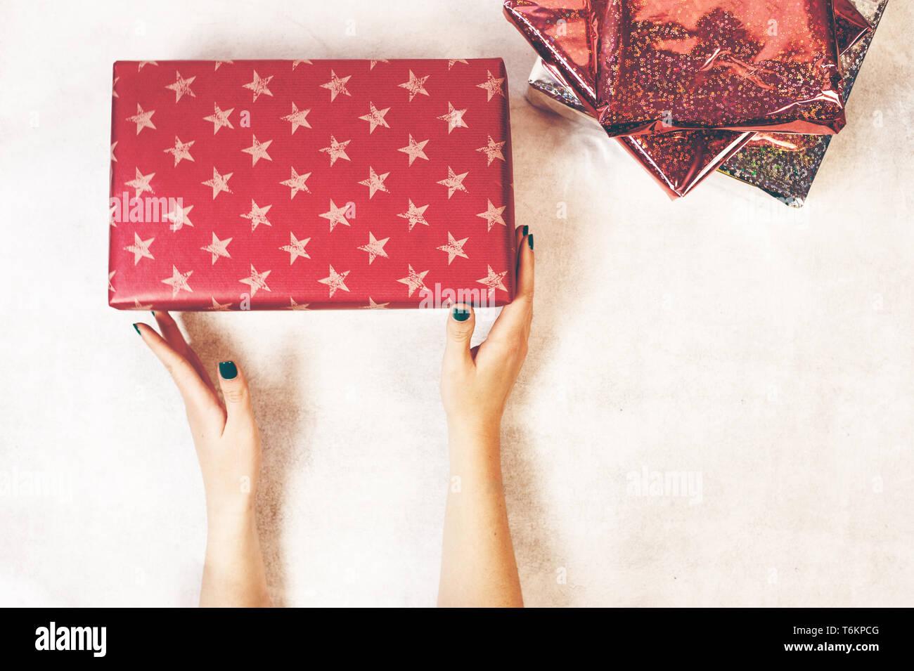 Geschenkkarton Weihnachten.Hände Halten Papier Geschenkkarton Mit Als Geschenk Weihnachten