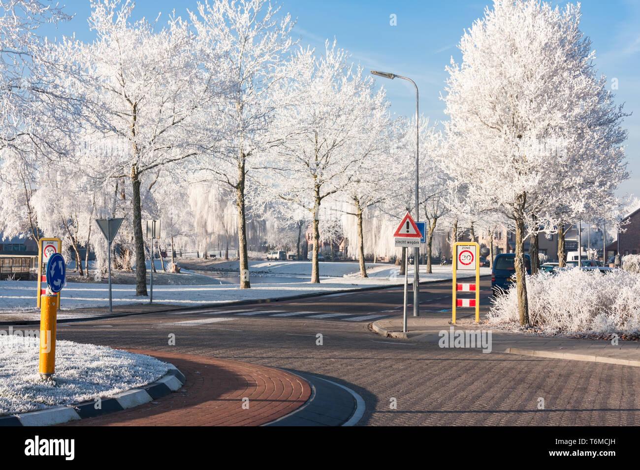 Wohngebiet mit Kreisverkehr im Winter Stockbild