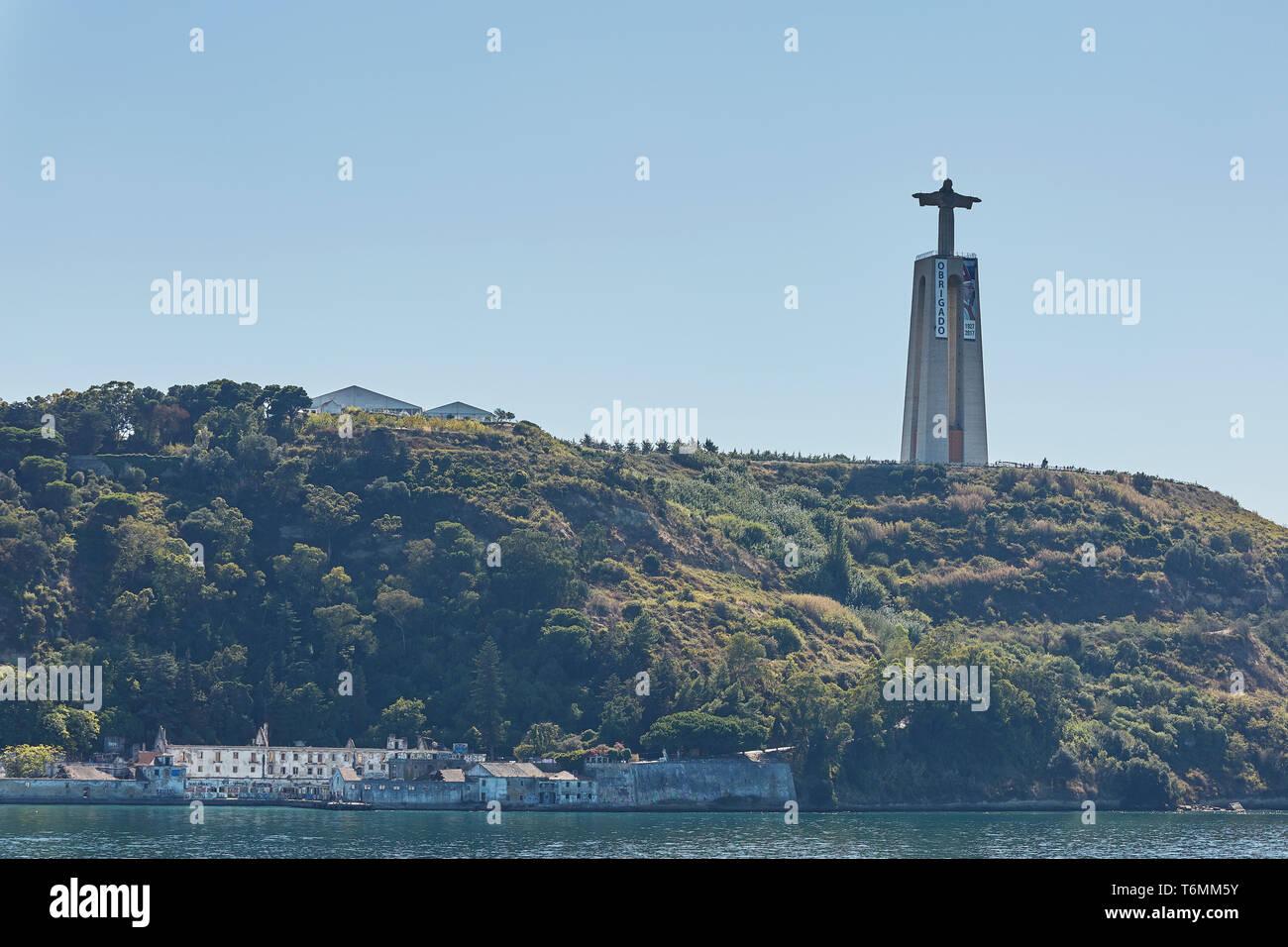 Lissabon/Portugal - Oktober 02, 2017: Katholische Denkmal der Cristo Rei oder Christus, der König. Aus einer Entfernung von Almada, Lissabon, Portugal gesehen Stockbild