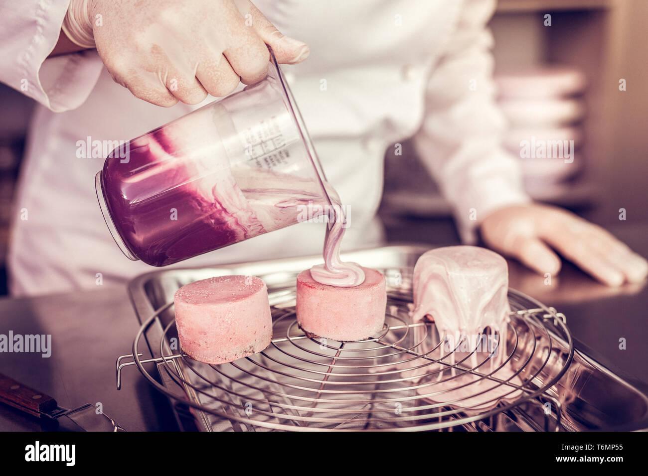 Entspannt Frau in Süßwaren arbeiten mit Freude Stockbild