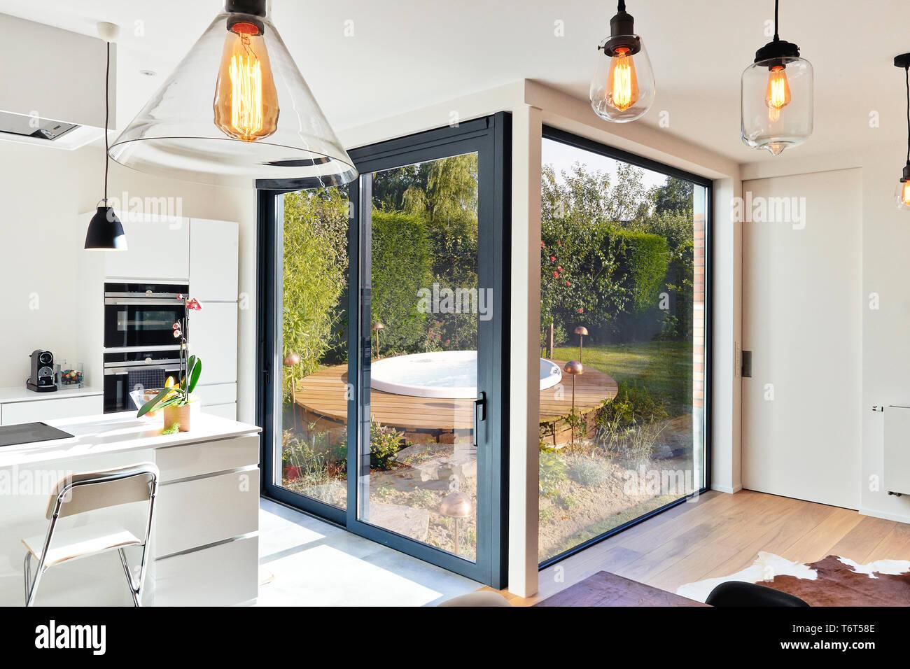 Sanierung auf einem modernen Luxus Küche mit Schiebetür und ...