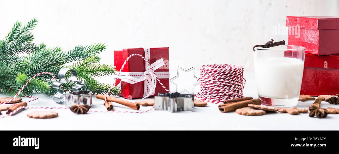Weihnachten Lebkuchen cookies mit Glas Milch Stockfoto