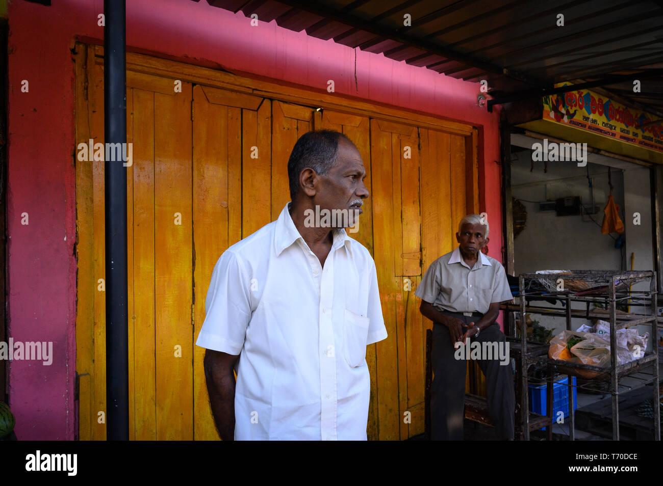 Männer im mittleren Alter hängen über in Kandy, Sri Lanka Stockbild