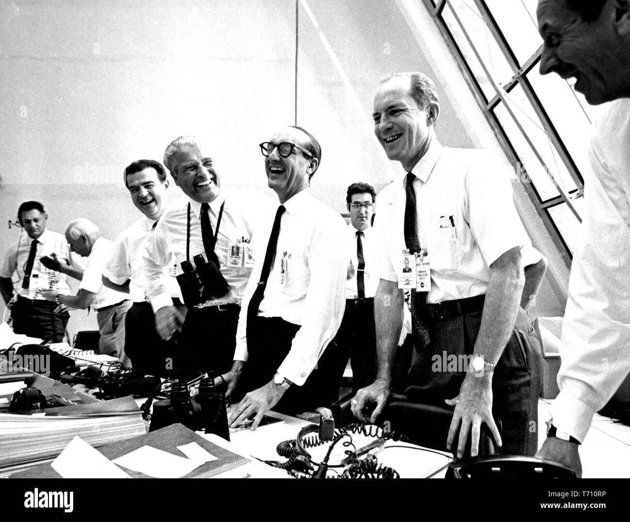 Apollo 11 Mission Beamten entspannen in der Launch Control Center am Kennedy Space Center auf Merritt Island, Florida, darunter Charles W Mathews, Dr. Wernher von Braun, Georg Müller und Allgemeine Samuel C Phillips, 16. Juli 1969. Mit freundlicher Genehmigung der Nationalen Luft- und Raumfahrtbehörde (NASA). () Stockfoto