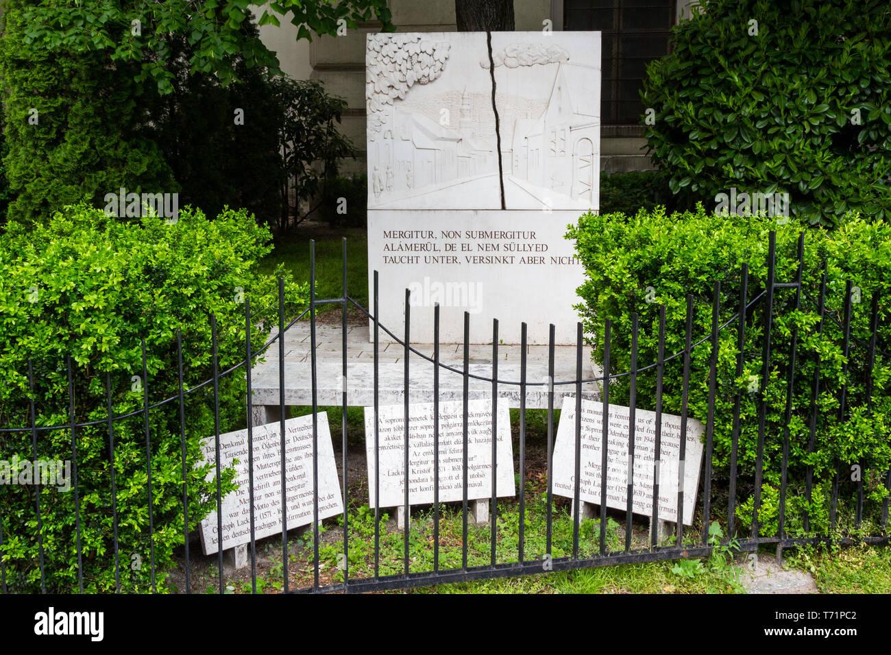Denkmal für die Deutschen, die von Sopron, Ungarn 1946 vertrieben wurden, Stockbild