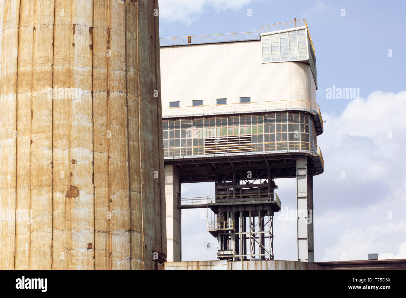 Welle Tower in der polnischen Coal Mine. Hammer Head Tower. Die industrielle Architektur. Auf der Grundlage der deputate. Schlesien, Kattowitz, Polen. Stockbild