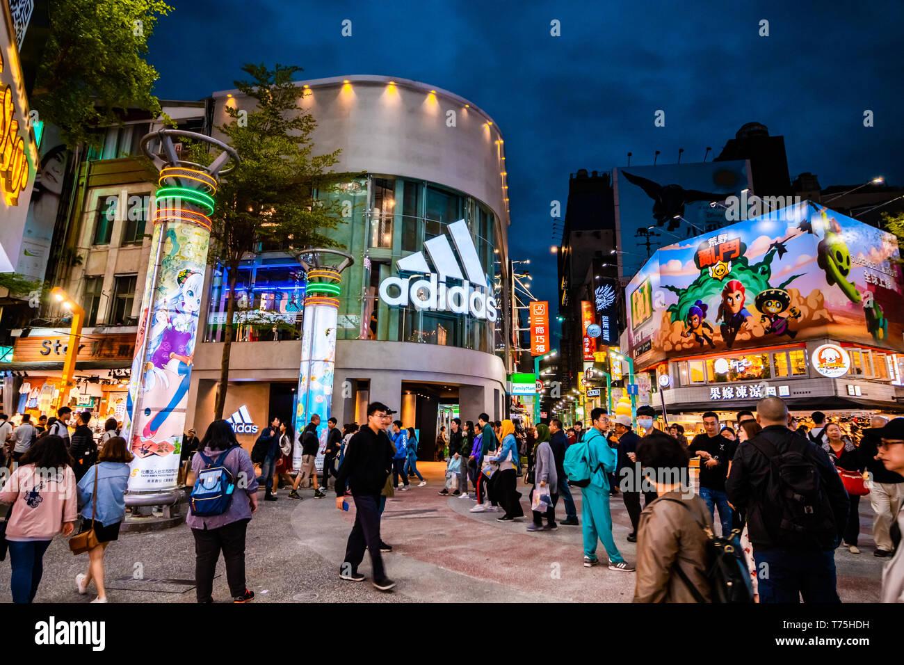 Masse der Käufer vor der Adidas store in Taipeh Shopping Viertel, einem der beliebtesten Einkaufsviertel in Taipei, Taiwan Stockfoto