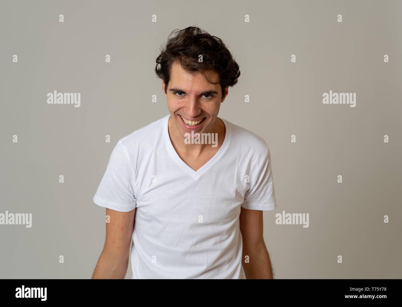 Close up Portrait von lustigen jungen Mann suchen peinlich schäme und Scheu vor neutralem Hintergrund, in den Menschen, die menschliche Emotionen und Exp isoliert Stockfoto