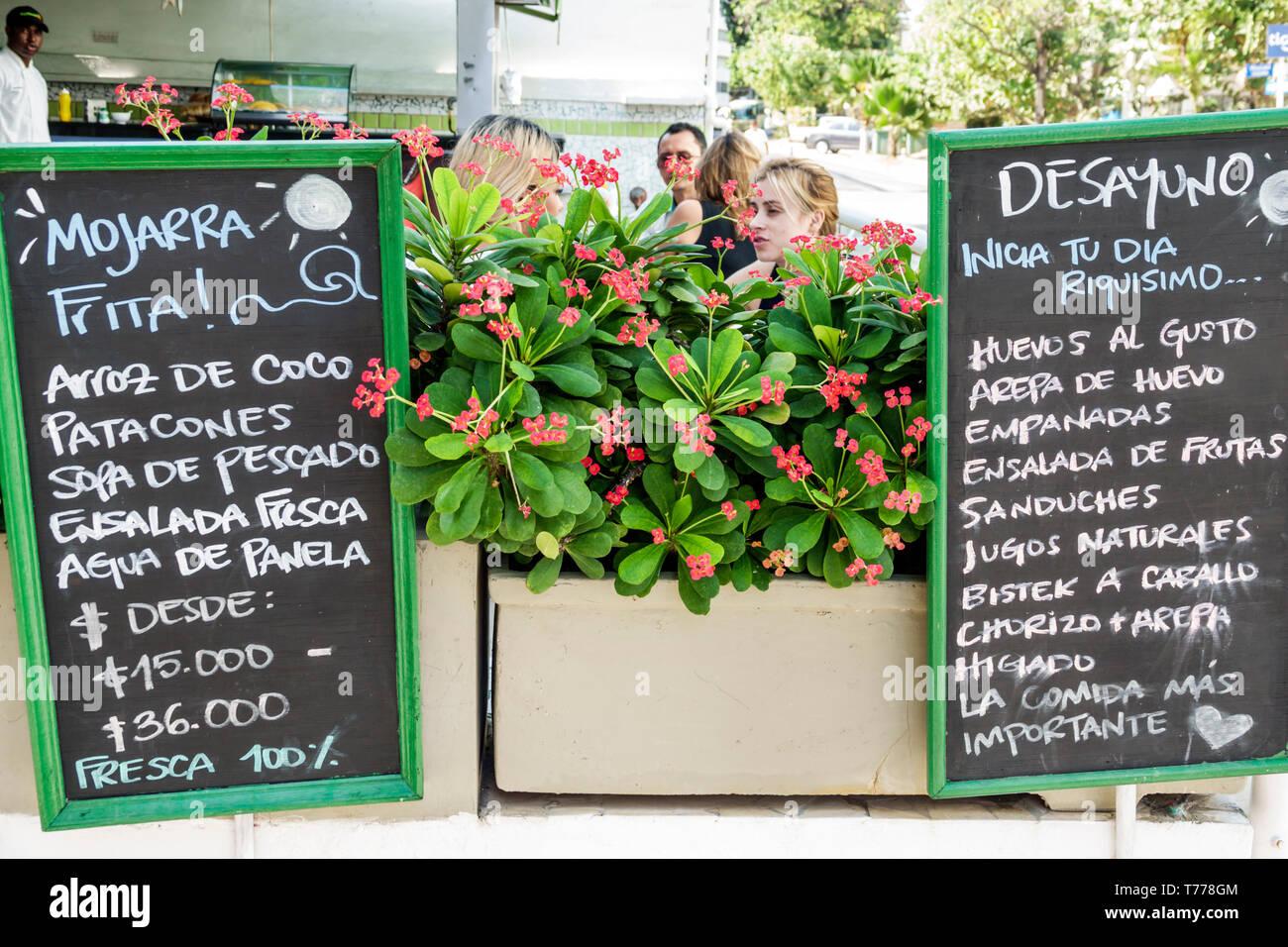 Cartagena Kolumbien El Laguito restaurant Nachbarschaft Familienunternehmen schwarzes Brett Menü Sprache typisches Essen mojarra fried Snapper patacones pl Stockbild