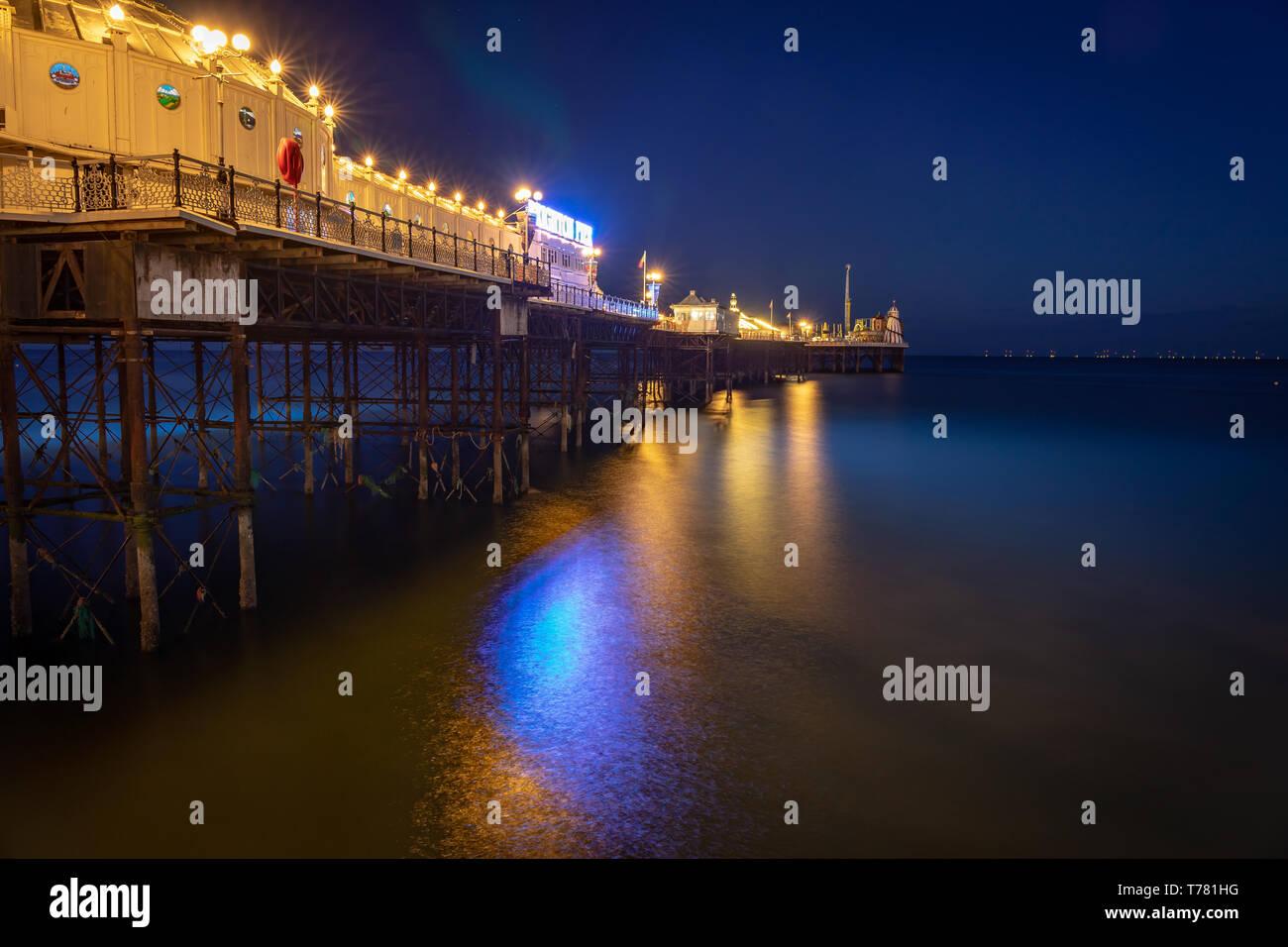 Pier Lichter im Meer wider Stockfoto