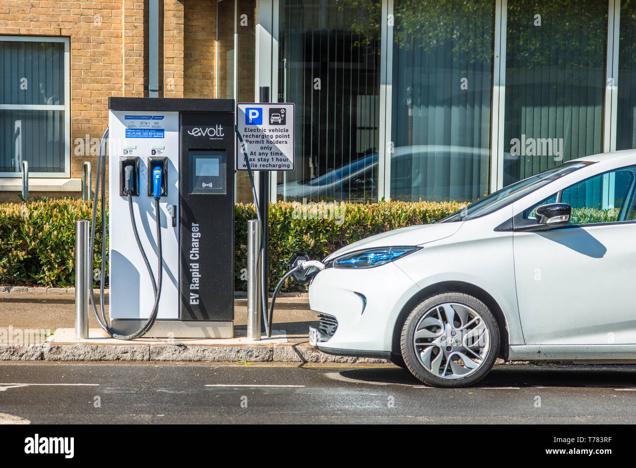 Elektroauto gesteckt Evolt Point in Cambridge, England, UK. Stockfoto