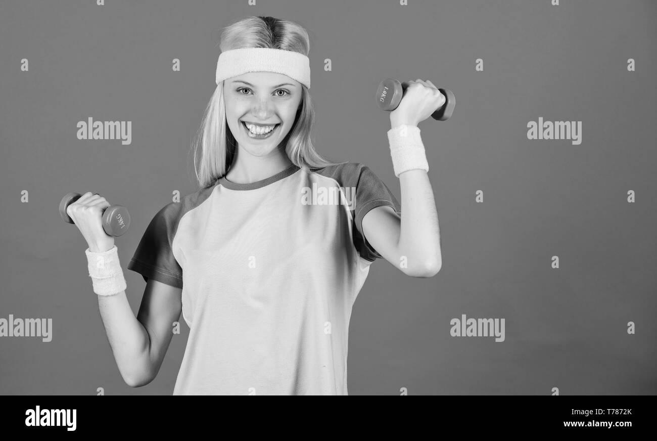 Mädchen trainieren mit Hantel. Training mit Kurzhanteln. Anfänger Hantel Übungen. Ultimative Oberkörpertraining für Frauen. Fitness Instructor halten wenig Hantel blauen Hintergrund. Fitness Concept. Stockbild