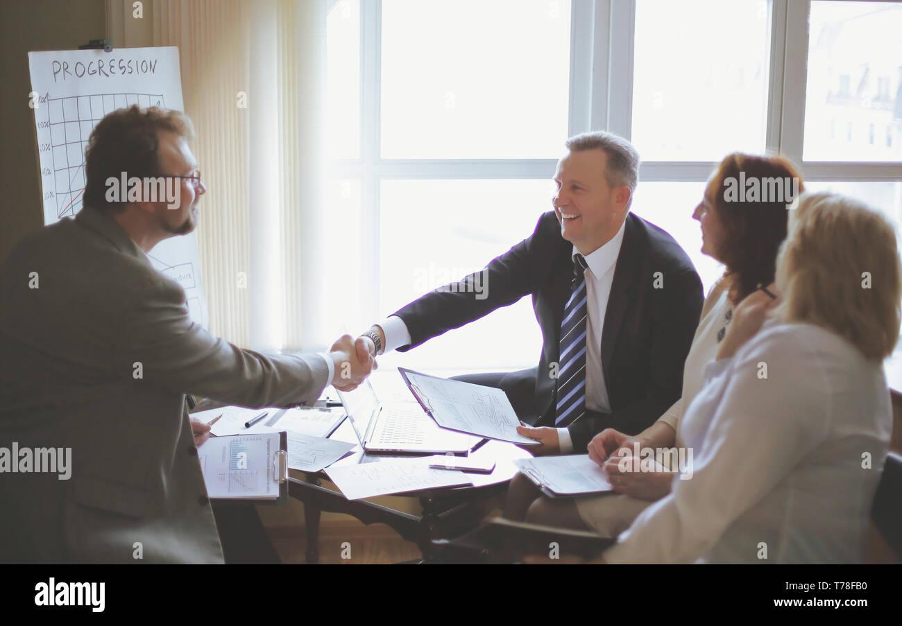 Attrayant Handshake Von Senior Business Partner Auf Dem Schreibtisch Im Büro