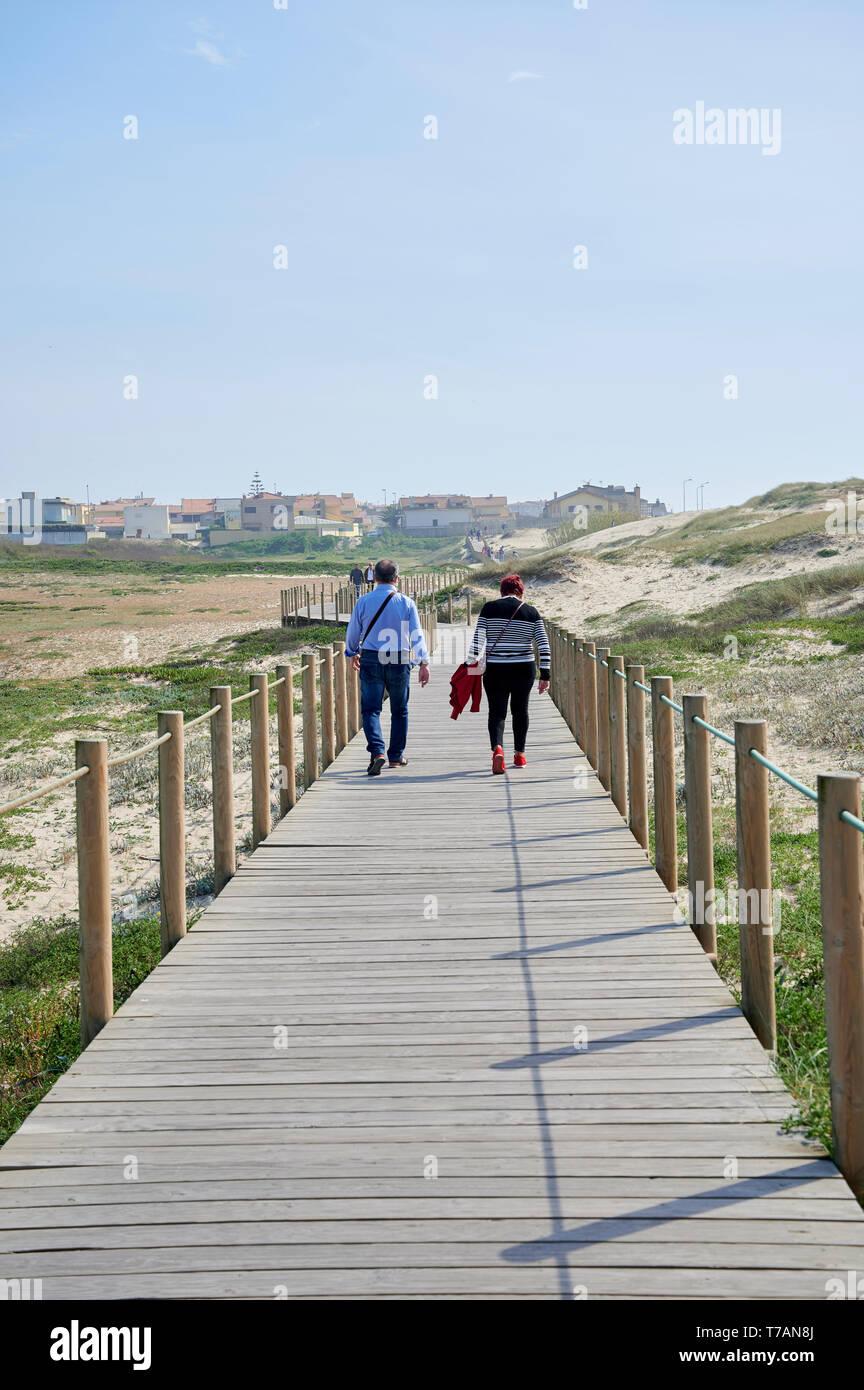 Paar auf Holz zu Fuss über die Dünen in Portugal, in der Nähe des Strandes Stockfoto
