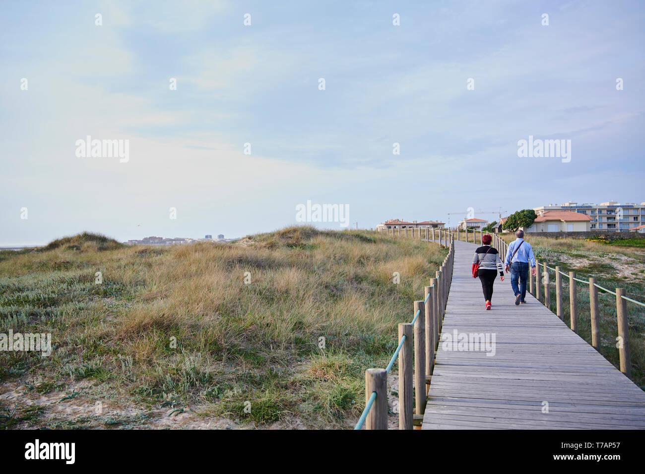 Paar auf der hölzernen zu Fuss über die Dünen in Portugal, in der Nähe des Strandes Stockfoto